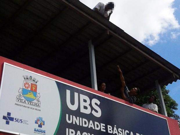 Homem sobe em telhado de posto de saúde, em Vila Velha (Foto: Foto Leitor/ A Gazeta)