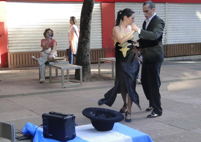 Juan Diego e Ana Célia - Argentinos e dançarinos de tango. Estão em Belo Horizonte para divulgar o show e tentar ir ao jogo (Foto: Tayrane Corrêa)