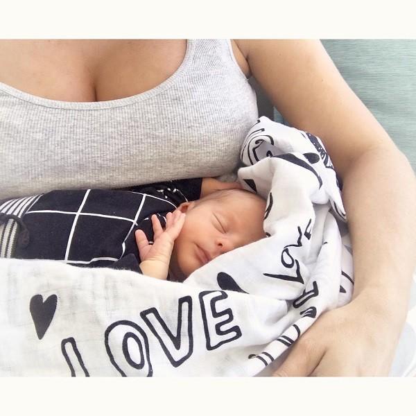 Karina Bacchi faz campanha de aleitamento materno  (Foto: Reprodução Instagram)