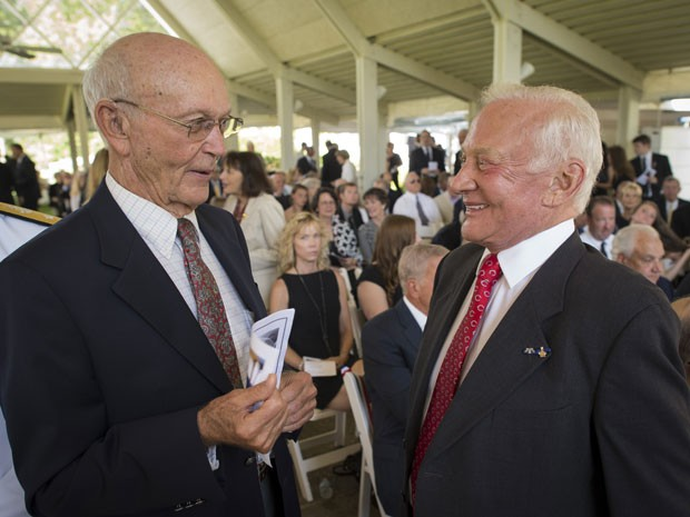 Michael Collins e Edwin 'Buzz' Aldrin no funeral de Neil Armstrong (Foto: AP Photo/NASA, Bill Ingalls)