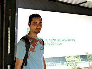 Universitário Fabrício Matheus aguarda começo de aula (Foto: Suelen Gonçalves/G1 AM)