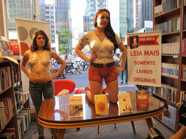 Ao lado de Bruna Themis, do Femen, escritora Vanessa de Oliveira posa durante protesto contra pirataria em livraria de São Paulo (Foto: Flávio Seixlack/G1)