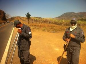 Bombeiros se preparam para combater incêndio às margens da BR-259. (Foto: Diego Souza/G1)