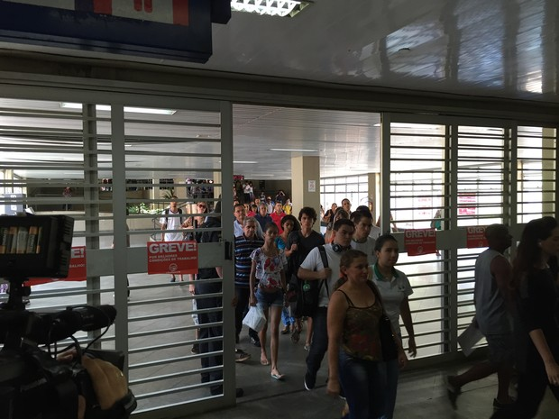Passageiros saindo da estação Central  (Foto: Michele Mendes/Reprodução)