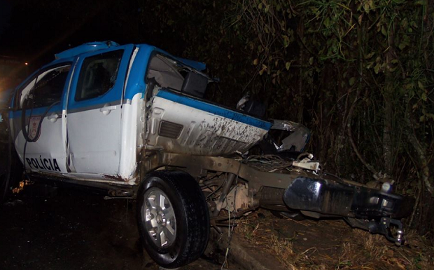 Segundo a PM, viatura capotou e atingiu o ônibus (Foto: Vinnícius Cremonez / SF Notícias)