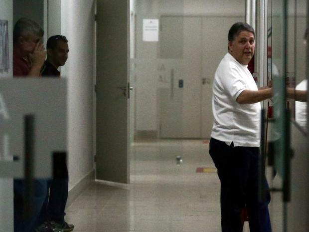 O secretário de Governo de Campos dos Goytacazes e ex-governador do Rio de Janeiro, Anthony Garotinho, aguarda após ser preso no Flamengo, Zona Sul do Rio, por agentes da Polícia Federal. Ele é um dos investigados na Operação Chequinho (Foto: Wilton Júnior/Estadão Conteúdo)