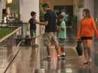 Márcio Garcia passeia com os filhos em shopping