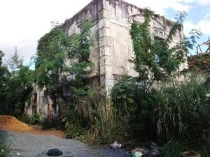Antigo prédio da Câmara está tomado por mato e entulhos (Foto: Vanessa Vasconcelos/G1)