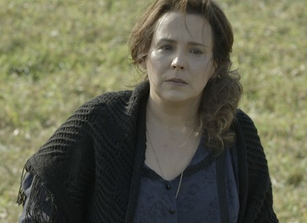 Emília fica chocada ao saber que Bento procura por Bernardo