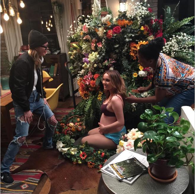 """Camilla Luddington grávida, """"fazendo a Beyoncé"""" (Foto: Reprodução/Instagram)"""
