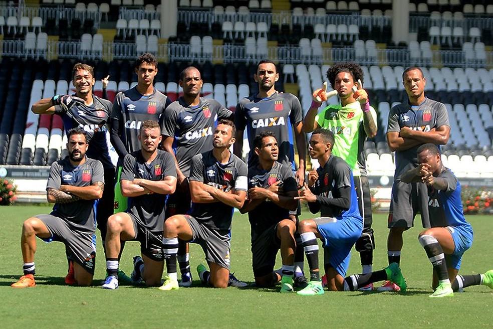 Time vencedor do rachão posa após o treino: volante Douglas se arriscou de goleiro (Foto: Paulo Fernandes/Vasco da Gama)