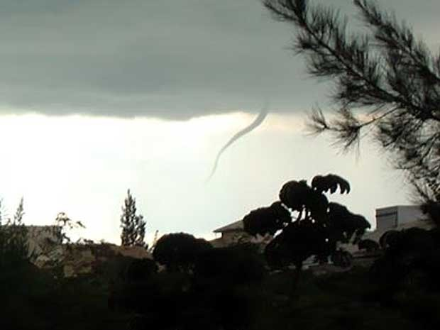 Momento do ápice da formação do tornado em Campinas em 2008 (Foto: Joe Nelson/VC no G1)