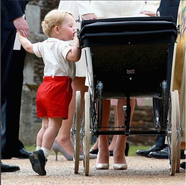 George dando uma olçhadinha no carrinho da irmã (Foto: Reprodução - Instagram)