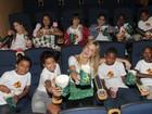 Cercada de crianças, Fiorella Mattheis confere pré-estreia de filme infantil