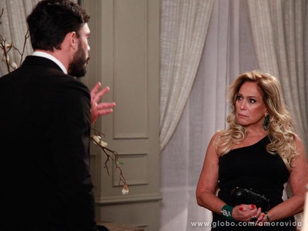 Pilar não gosta da ousadia de Maciel (Foto: Pedro Curi/ TV Globo)