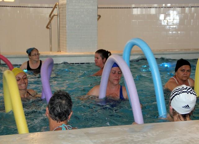 Balneário oferece aulas gratuitas de hidroginástica a 200 mulheres (Foto: Jéssica Balbino/ G1)