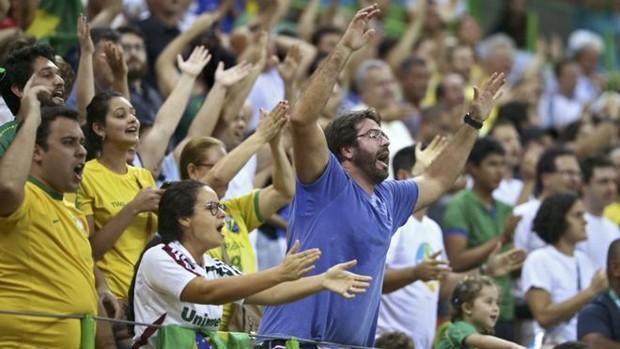 Torcida brasileira durante jogo de handebol masculino entre Brasil e Polônia; comportamento de torcedores tem sido alvo de críticas na imprensa e em redes sociais no exterior  (Foto: Reuters)
