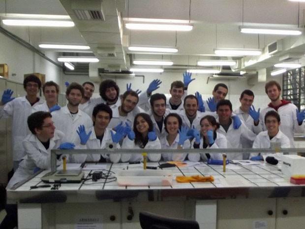 Alunos do curso de ciências moleculares da USP durante aula de biologia no laboratório (Foto: Arquivo pessoal/Thaís Costella)