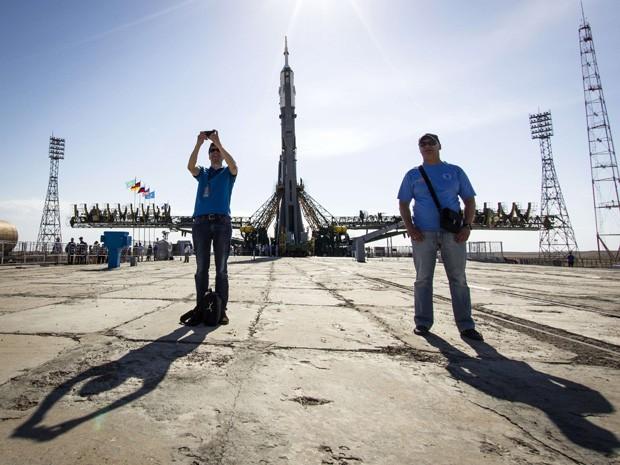Homem tira selfie em frente a nave Soyuz TMA-13M, já colocada em plataforma de lançamento no cosmódromo de Baikonur  (Foto: Reuters/Shamil Zhumatov)