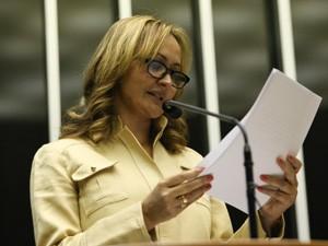 A deputada Jaqueline Roriz durante discurso na sessão da Câmara que decidiu sobre o processo de cassação (Foto: Ed Ferreira / Agência Estado)