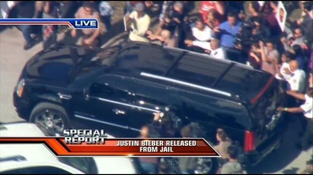 Justin Bieber deixa prisão com carro cercado de jornalistas (Foto: Reprodução/WSVN)