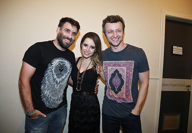 Raoni Carneiro, diretor do espetáculo, Sandy e o marido, Lucas Lima (Foto: Milene Cardoso/Brazil News)