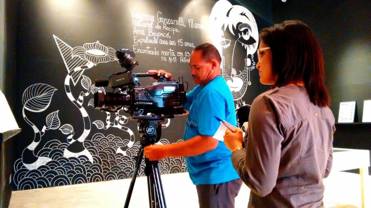 Anastácio Alves grava matéria com a repórter Luana Bernardes (Foto: Arquivo Pessoal)