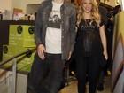 Grávida de oito meses, Shakira vai a evento com Piqué usando um saltão