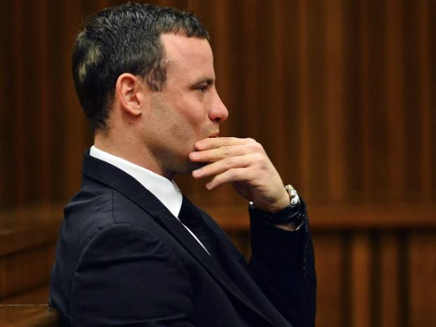 Pistorius acompanha o julgamento em Pretória, na África do Sul, nesta segunda-feira (30) (Foto: Phil Magakoe/Reuters)