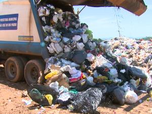 Caminhões de lixo descarregam 30 toneladas diárias (Foto: Eder Ribeiro/EPTV)