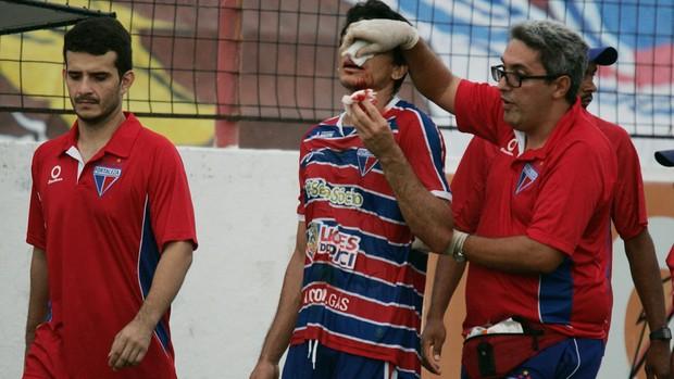 Angelim teve que deixar partida, após pancada no nariz (Foto: Tuno Vieira/Agência Diário)