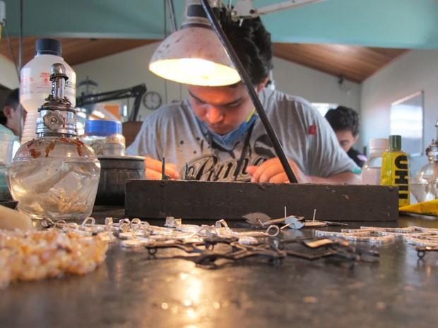 Francisco Carneiro da Silva Filho, 24 anos, preferiu ficar longe das lavouras e se especializar em lapidação (Foto: Anay Cury/G1)