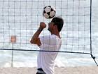 Marcelo Serrado joga futevôlei na praia de Ipanema