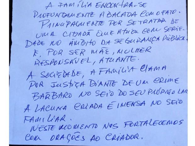A família da delegada entregou carta com desabafo para a imprensa (Foto: Henrique Coelho/G1)