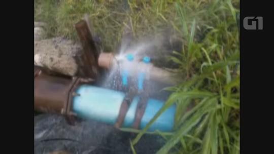 Morador flagra vazamento de água no limite entre São Vicente e Praia Grande