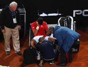 Djokovic é atendido durante jogo contra Nishikori em Roma (Foto: Matthew Lewis / Getty Images)