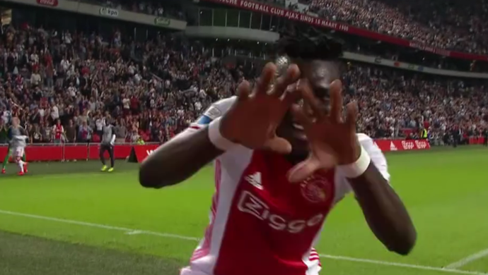 Bertrand Traoré, do Ajax, comemora gol contra o Zwolle pelo Campeonato Holandês (Foto: Reprodução SporTV)