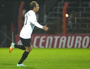 Paulo Baier comemora gol do Atlético-pr contra o Internacional (Foto: Vinicius Costa / Vipcomm)