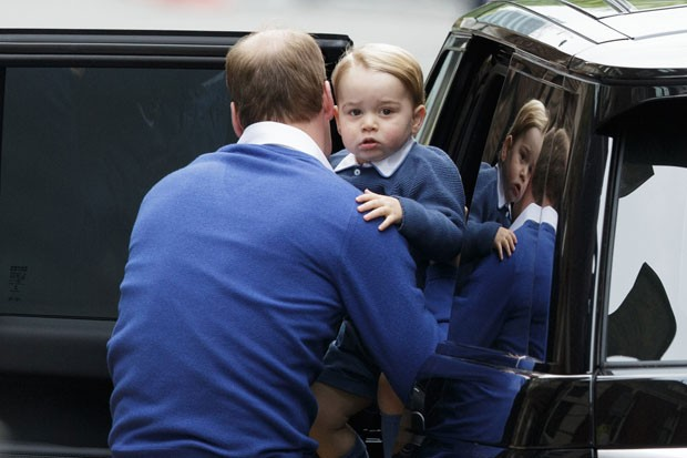 O príncipe William tira seu filho, o príncipe George, do carro ao chegar a hospital para visitar sua segunda filha (Foto: Tim Ireland/AP)