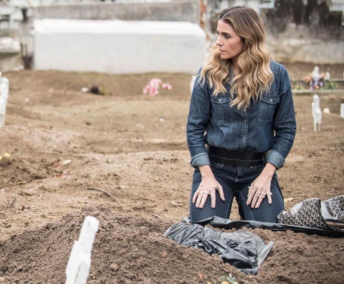 Giovanna Antonelli grava cenas de 'A Regra do Jogo' em cemitério no Rio (Foto: Raphael Dias / Gshow)