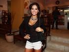 De passagem pelo Brasil, Mayra Cardi vai a teatro com decotão e shortinho