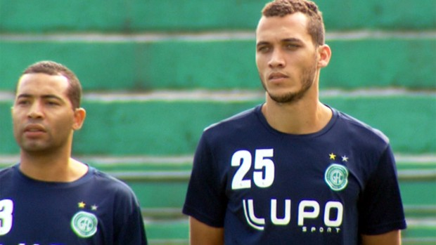 Neto e Wellington Monteiro caminham no gramado do Brinco de Ouro (Foto: Reprodução / EPTV)
