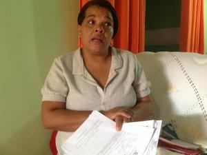 Valéria Maria tenta provar ao INSS que problema de saúde a deixa inapta para o trabalho (Foto: Waldson Costa/G1)