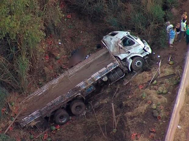 Caminhão tombou e atingiu dois carros na BR-040, segundo a PRF  (Foto: Reprodução/ TV Globo)