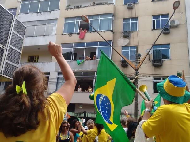 Dupla exibe bandeira vermelha em apartamento durante manifestação contra governo em Belém (Foto: Alexandre Yuri / G1)