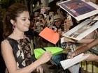 Selena Gomez faz a alegria dos fãs em première
