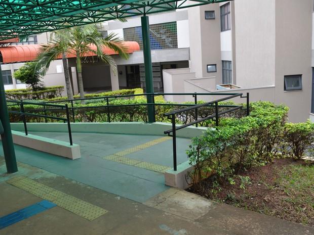 Piso tátil e rampa de acesso em prédio do campus da UCDB, em Campo Grande (Foto: Anderson Viegas/G1 MS)