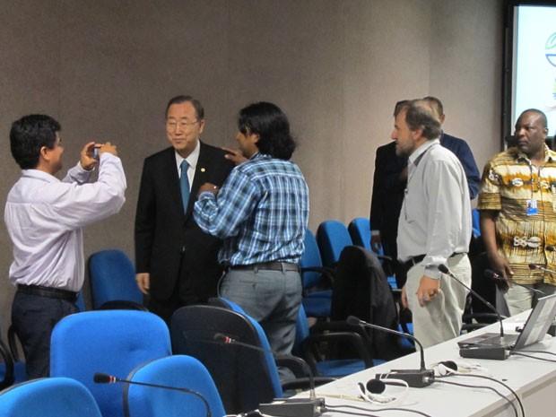 Delegados da Cúpula dos Povos tiram foto com Ban Ki-moon (Foto: Darlan Alvarenga/G1)