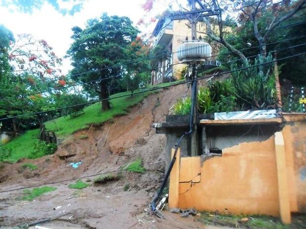 Deslizamento foi registrado em um dos bairros da cidade, após chuva.  (Foto: Bebeto Karolla/ Folha de Búzios)