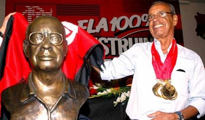 Carlinhos ao lado do busto na Gávea em 2008 (Foto: Dibulgação/ Flamengo.com.br)